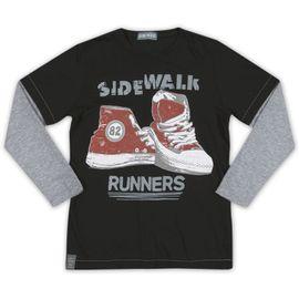 camiseta-menino-preta-tenis-vermelho