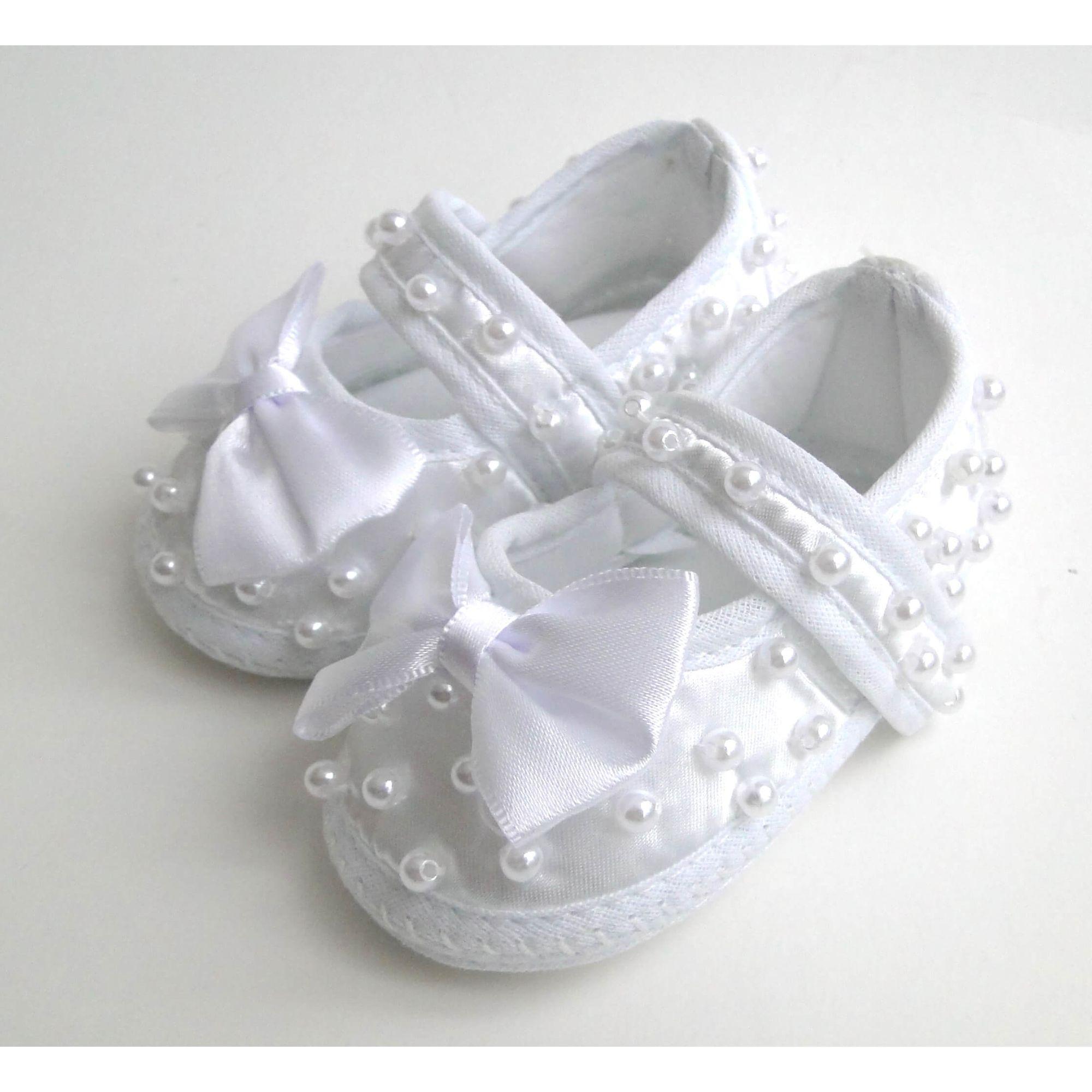 sapatilha-bebe-cetim-branco-perolas-e-laco-frontal-1