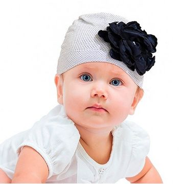 touca-bebe-branca-com-flor-azul-marinho-ziptoys