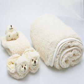 kit-presente-bebe-manta-naninha-e-pantufa-ovelha